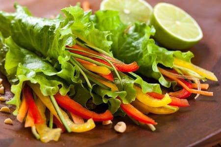 גלילי חסה עם רצועות ירקות